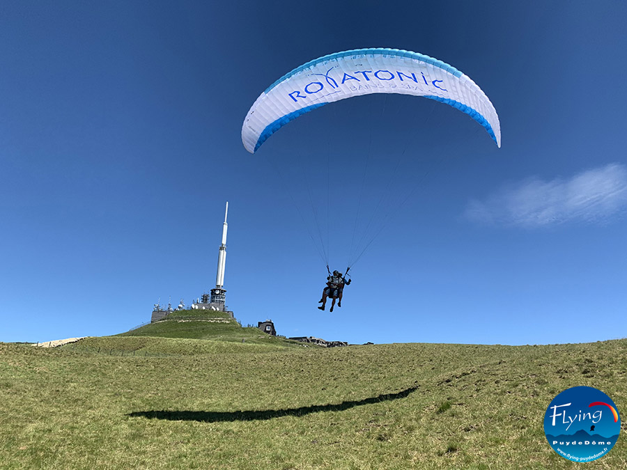 Flying Puy de Dome biplace parapente Royatonic