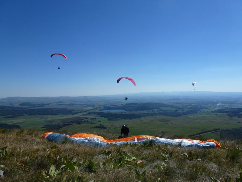 Flying Puy De Dome Ecole Parapente Stage Printemps